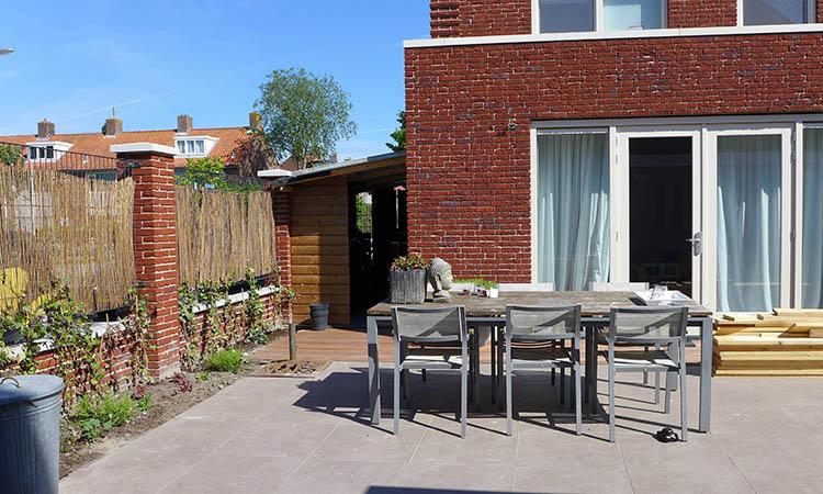 Heerlijke Nieuwe Tuin Met Prachtige Houten Vlonders, En Mooie Warme Hardstenen Tegels